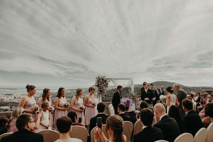 quanto custa um casamento: noivos a falar aos convidados
