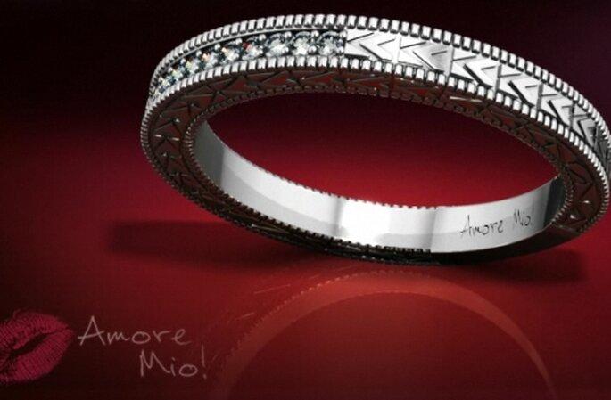 Anillo churumbela con diamantes redondos en canal y anillo grabado