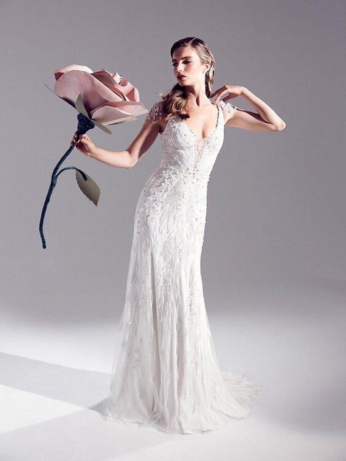 Une robe de mariée droite tout en dentelle, sans manches, avec un décolleté subtile