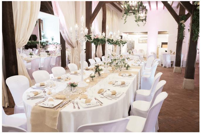 Une table décorée pour le dîner de réception dans la salle du château