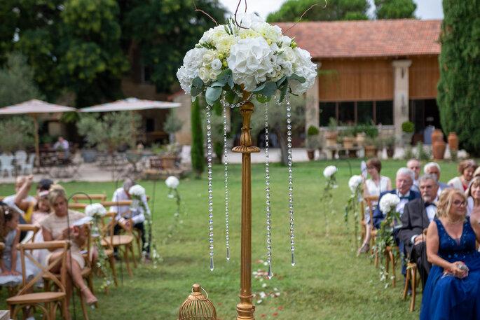 Superbe chandelier géant orné de roses et de pampilles en décoration d'une cérémonie laïque de mariage
