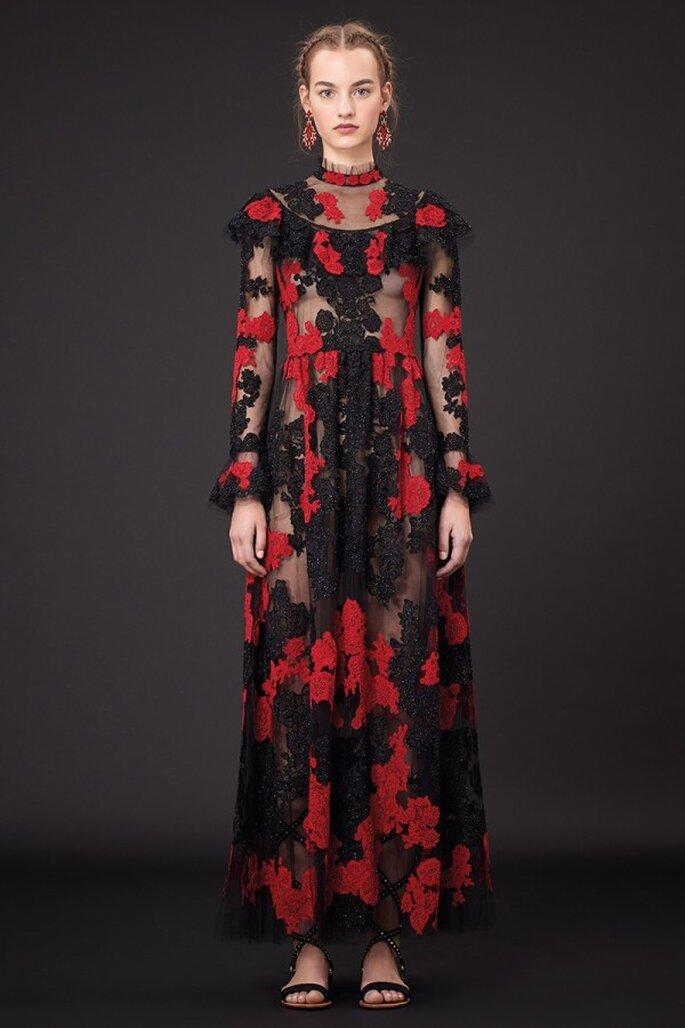 Vestido de fiesta 2015 inspirado en Frida Kahlo en color negro con flores en tono rojo intenso - Foto Valentino