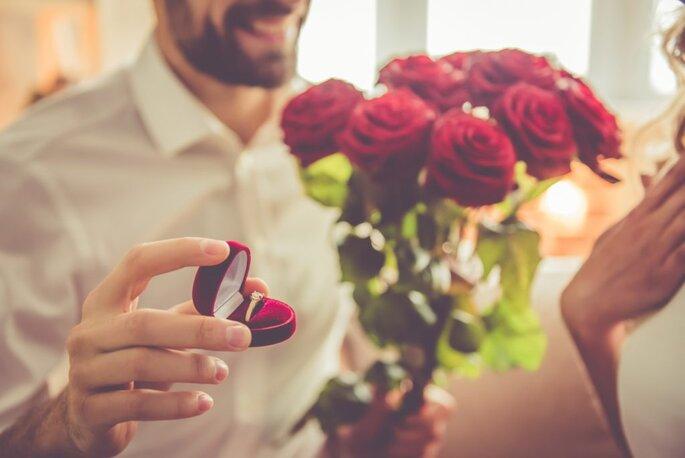 huwelijksaanzoek met verlovingsring en rode rozen