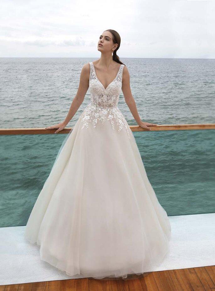 Confidence Mariage - un modèle portant une robe Cosmobella de la boutique Confidence Mariage