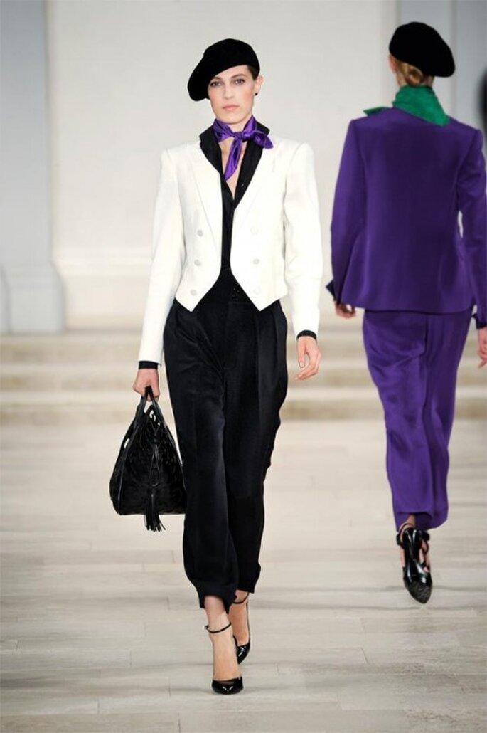 Saco en colores blanco y negro, patalón con pinzas y pañoleta en tono morado - Foto Ralph Lauren