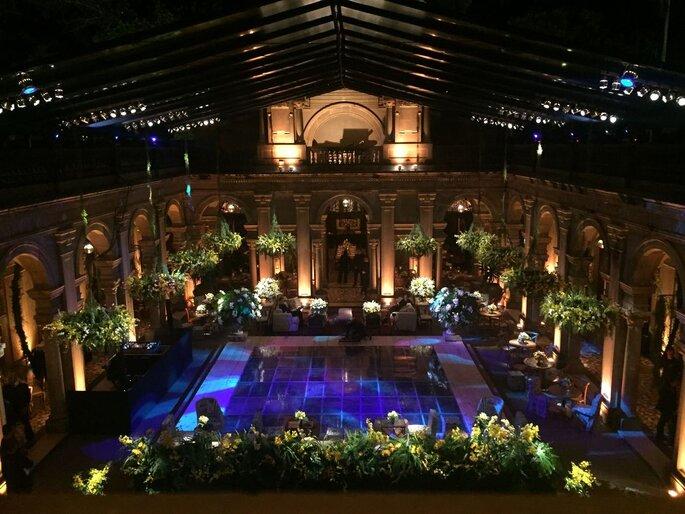 pista de dança totalmente iluminada na piscina