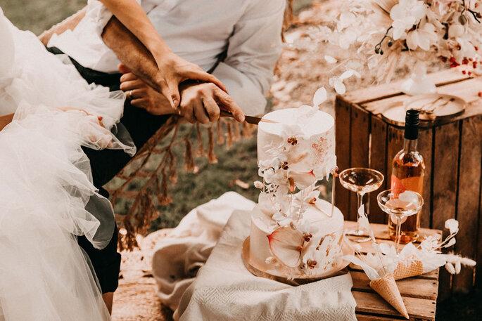 Elopement Fun Wedding Shooting Setting Picknick Brautpaar Kuchen anschneidend