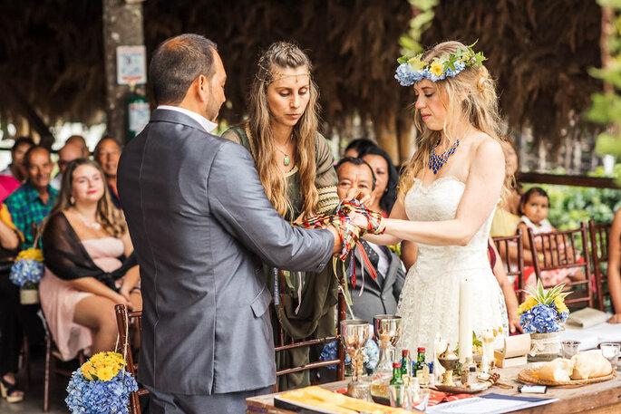 Recién casados con sacerdotisa oficiando boda celta