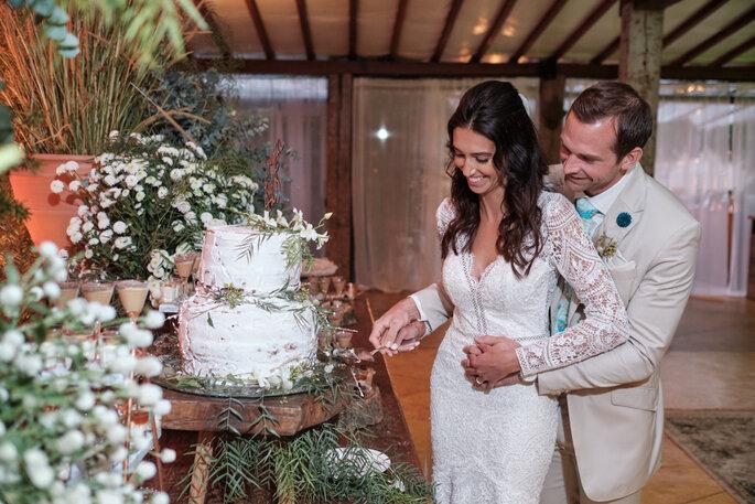 noivos cortando o bolo do casamento