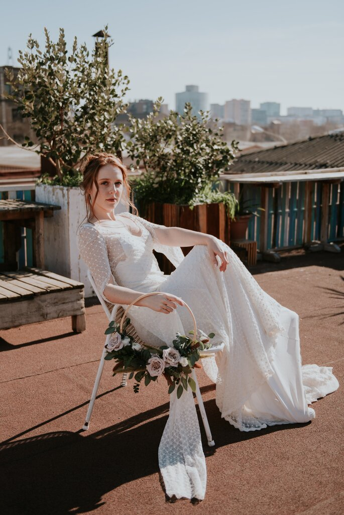 novia sentada en azotea