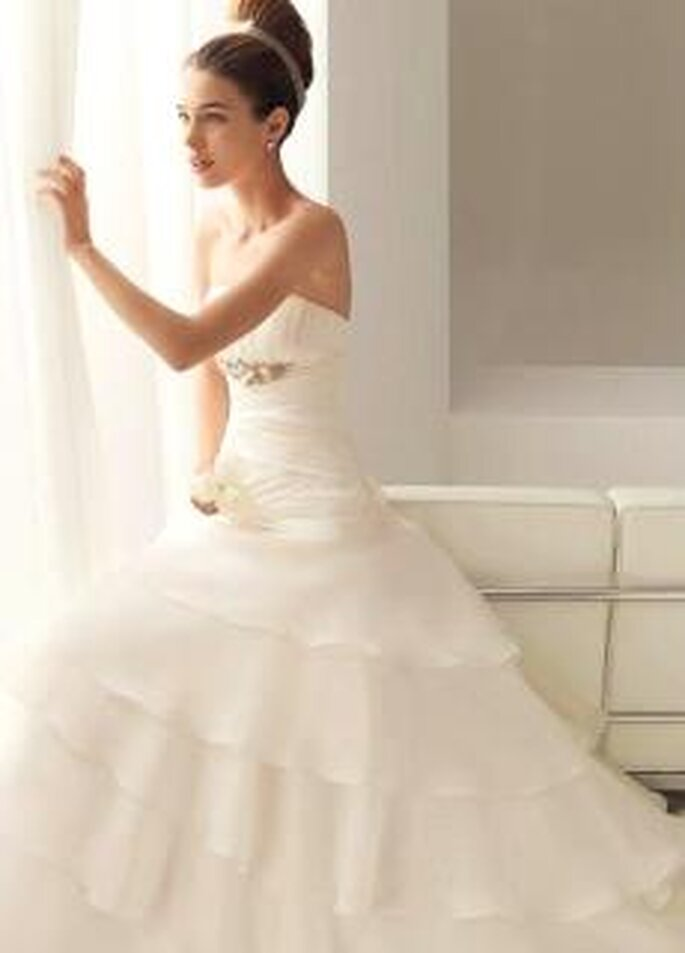 Aire Collection 2010 - Bahamas, vestido largo de corte princesa, en seda plisada, escote palabra de honor, broche en plata y pedrería