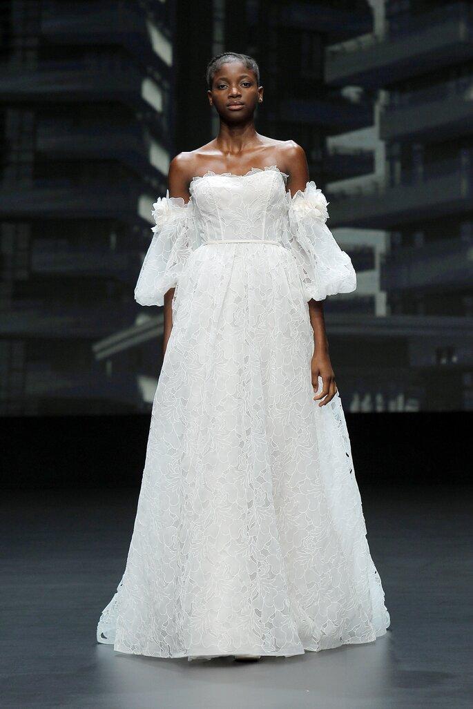 Vestido de novia estilo vintage con mangas abombadas con caída a los hombros, escote recto con corte en A con plumas