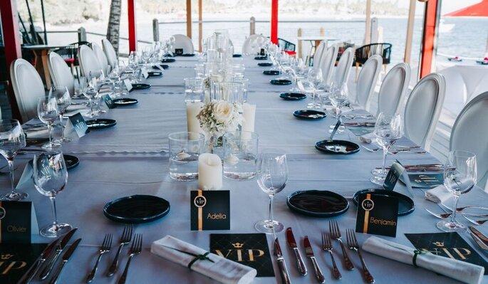 Une table dressée pour un déjeuner de mariage face à l'océan dans les Caraïbes