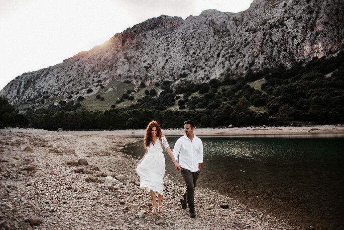 Brautpaar in Natur spazierend