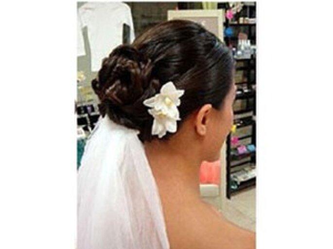 En este caso, el velo de novia se combina con una bella flor