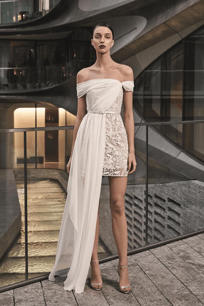 Vestido de novia corto con hombros caídos y sobre falda en tul a un lado