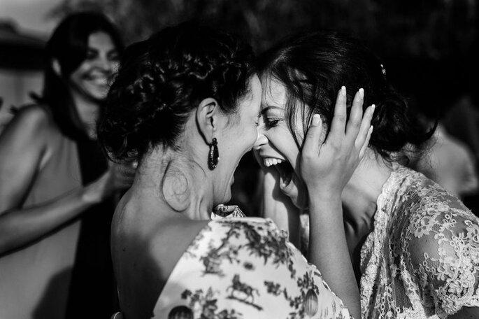 abraço noiva e amiga muito felizes