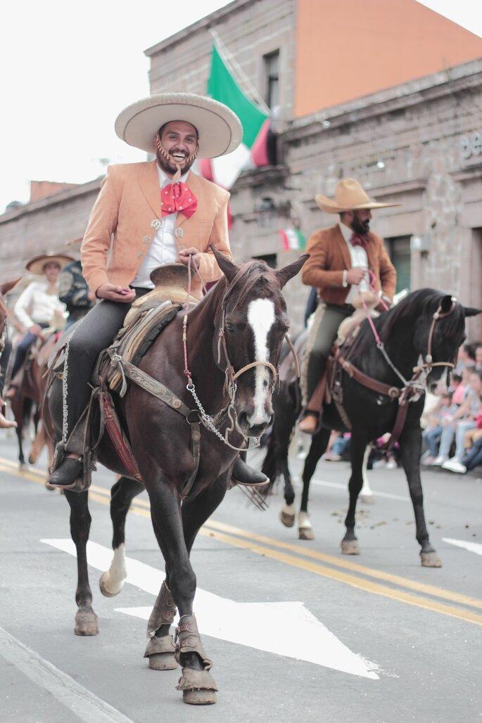 boda mexicana traje de charro en marrón