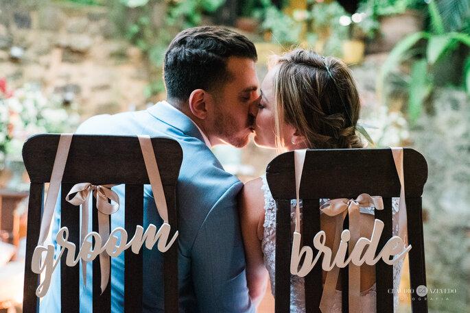 noivos em cadeiras especiais em casamento rústico