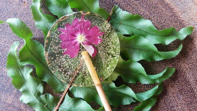 Pirulito com flor comestível