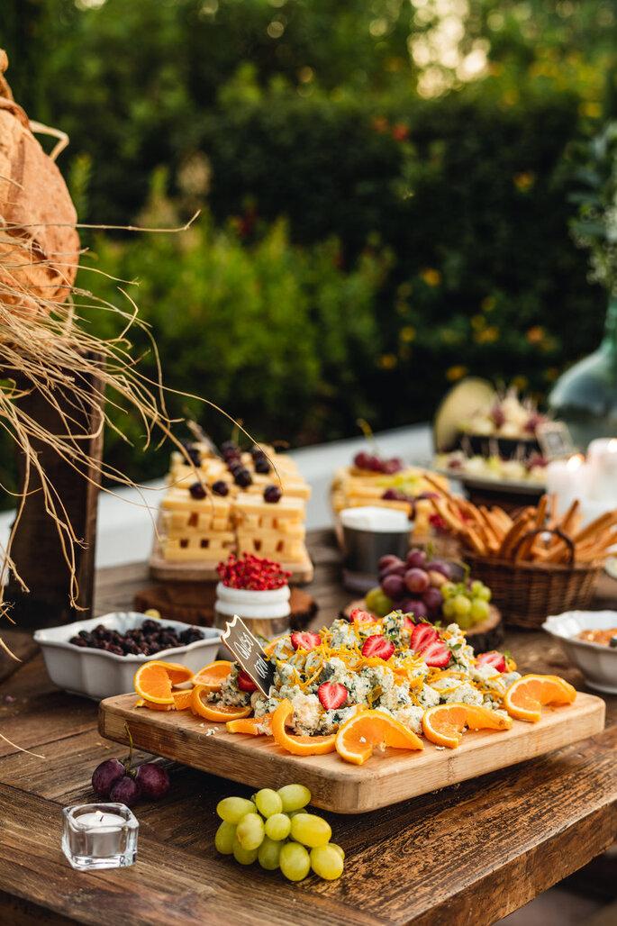 Mesa de comida en el cóctel