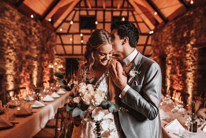 Intime Hochzeit, Eleganz trifft auf rustikalen Flair Brautpaar