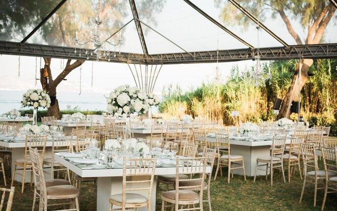 Tables dressées pour un mariage sous verrière
