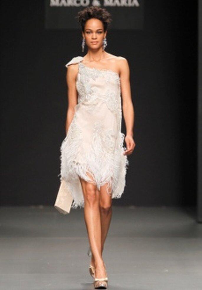 M&M 2011 - Vestido corto en seda y plumaje, corte evasé, escote transversal