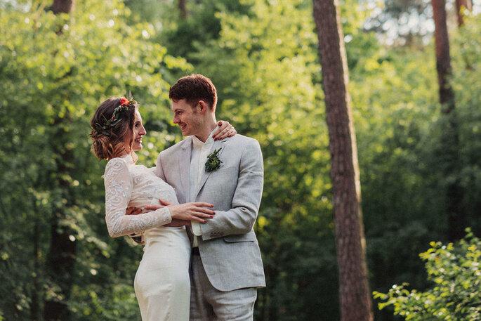 Ein Brautpaar hält sich beim Shooting im Wald in den Armen.