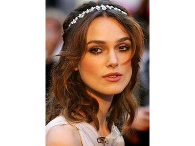 Tiara estilo vincha para cabellos cortos y sueltos.