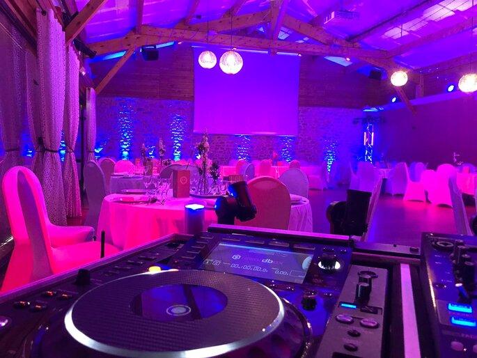Les platines du DJ sont installées dans la salle de réception, devant les tables dressées pour le dîner