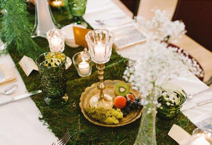 Decora con platos dorados, velas y frutas - Foto T&S Hughes Photography