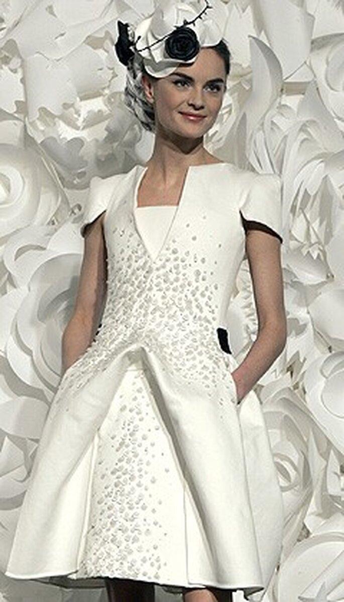 Modelo en blanco con detalles en contratono de Chanel ideal para una boda civil y super elegante!