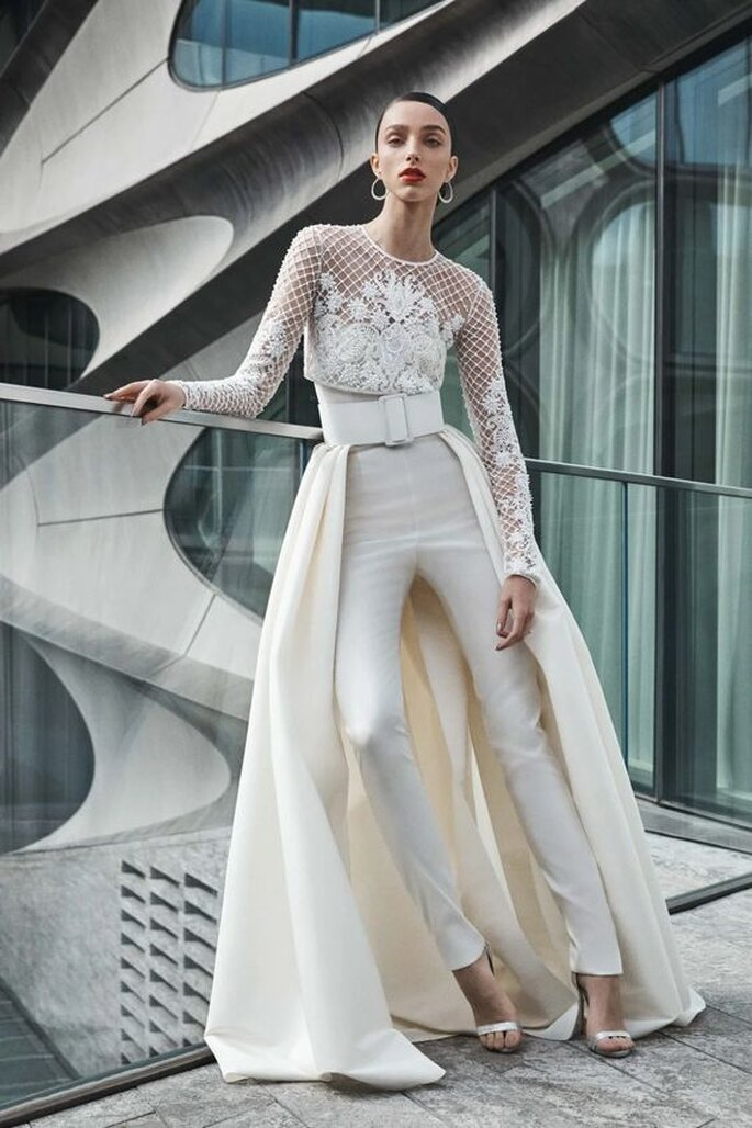 Une robe de mariée à la fois tenue de mariée avec pantalon et top et une jupe longue accrochée à la ceinture
