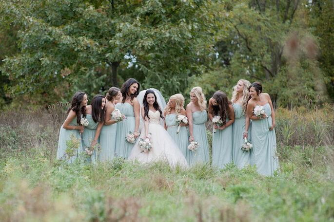 La novia de blanco y las damas de azul pálido. Foto: Vicky Bartel Photography