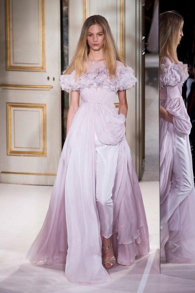 Pantalones de fiesta en color lila con vestido de juego en el mismo tono - Foto Giambattista Valli
