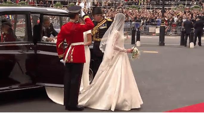 29.4.2011: Kate Middleton sposa con un abito di Sarah Burton