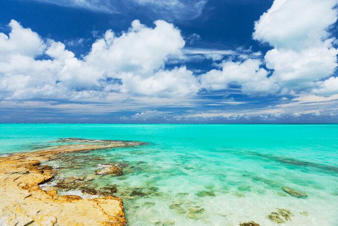 Playa tropical de arena blanca y mar en las Islas Turcas y Caicos