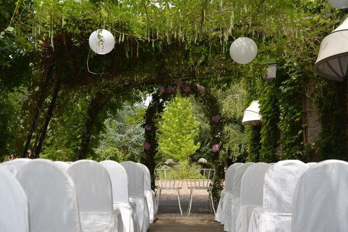 Cérémonie laïque en extérieur sous des arches de végétaux et de fleurs
