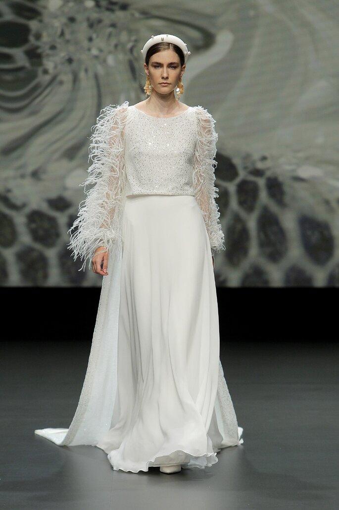 Vestido de novia con corte en A con falda fluida, mangas largas con plumas, cuello redondo con pedrería