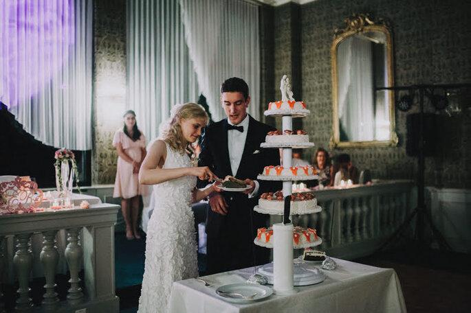 Der Anschnitt der Hochzeitstorte bei der Hochzeit von Elena & Ralf im Seehotel Waldstätterhof.