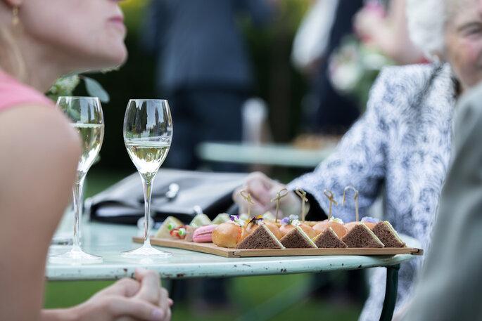 Pendant le vin d'honneur, les coupes de champagne accompagnent les petits fours