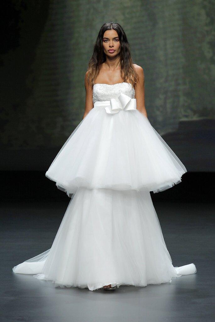Vestido de novia corte imperial con tirantes y falda de capas de tul con cinto de moño
