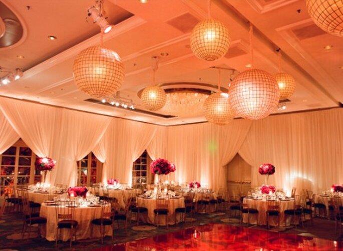 Destina una parte del presupuesto a la iluminación de tu boda - Foto Elizabeth Messina