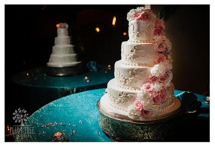 Le dessert de mariage se colore lui-aussi de rose. Photo: Plum Tree Studios