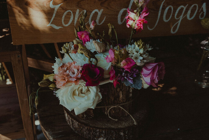 decoração de casamento rústico: troncos de árvores e flores