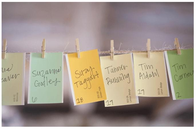 Haz un tendedero y coloca los nombres de tus invitados en lindas tarjetas - Foto Emily Steffen