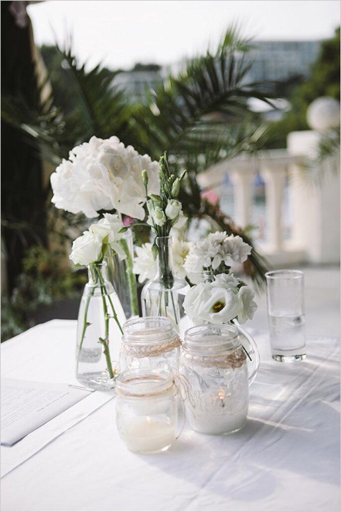 Flores blancas en un montaje para boda de día - Foto Raw Photographers