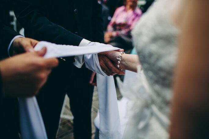 Blick auf die Hände eine Trauredners mitten bei der Rede vor dem Brautpaar.