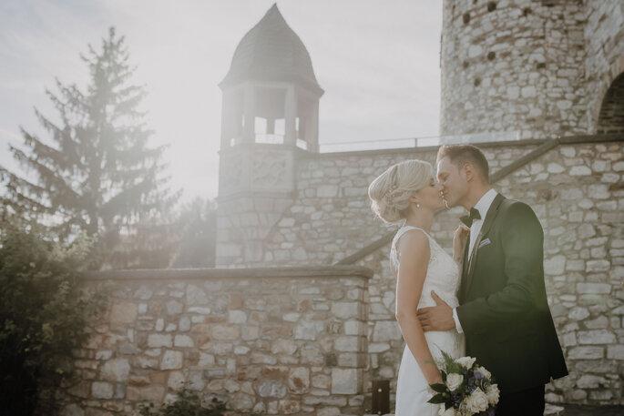 Herzensmensch Fotografie Brautpaar vor Kirche